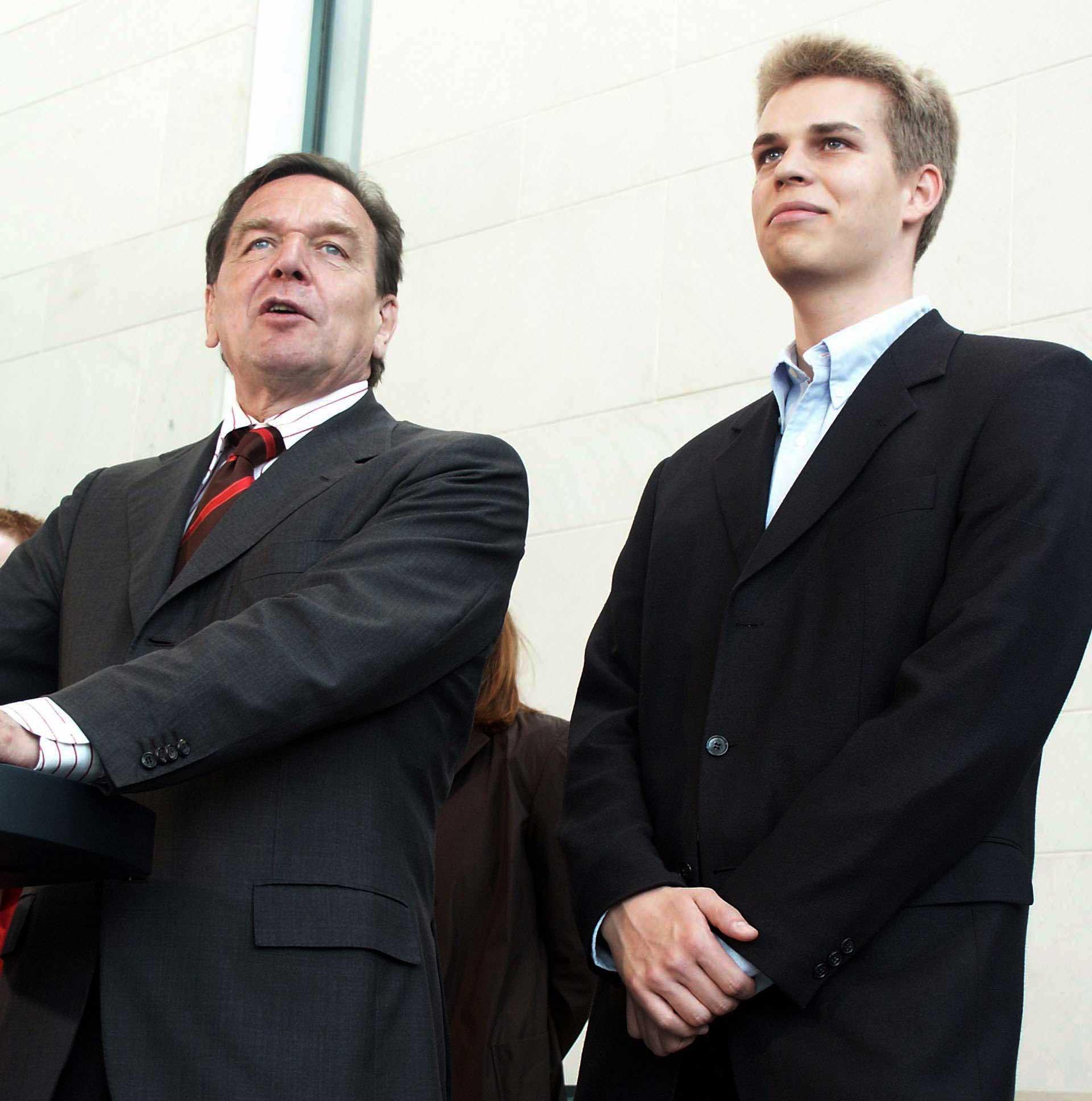 "German Chancellor Gerhard Schröder and Bela Gipp: Honoring for ""outstanding scientific achievements""."